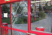 Při úprku před ochrankou obchodního domu zloděj narazil do skleněných dveří a tím je rozbil.