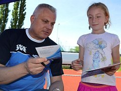 Z krajského kola Odznaku všestrannosti olympijských vítězů (OVOV) ve Slaném - autogramiáda Roberta Změlíka, olympijského vítěze v desetiboji.