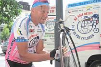 Josef Zimovčák si v Kladně stačil opravit defekt na svém velocipedu.