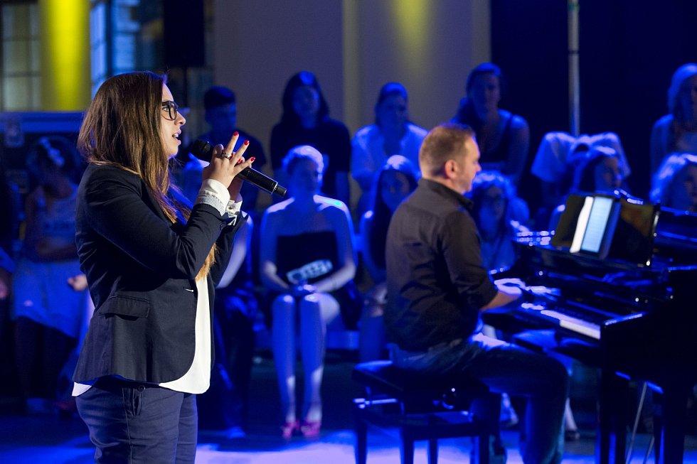 NA SOUTĚŽÍCÍ v Kladně čekala vyřazovací kola se sólovým zpěvem a zpěvem u klavíru.