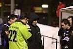 Asistent trenéra František Sluka  samozřejmě využil přestávku k taktické poradě // SK Kladno a FK Králův Dvůr 2:1 (1:1), utkání Vyšehrad cup 2011, hráno 2.2.2011