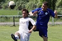 Hřebečský Robert Čáp (v bílém) dal Dobré tři góly a slavil, domácí Martin Jícha v závěru šanci na vyrovnání odmítl.