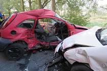 Tragická pondělní nehoda Opela Corsy se Škodou Fabia u Doks
