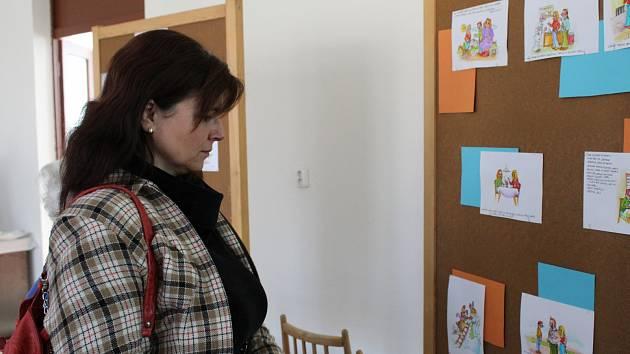 Vernisáže výstavy, kterou zorganizovali žáci deváté třídy libušínské základky, se zúčastnil také samotný autor obrázků Luděk Schneider.