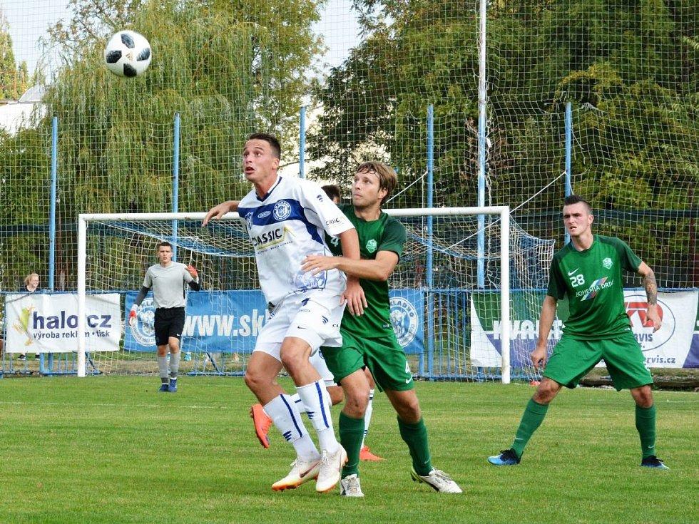 SK Kladno (v bílém) porazilo v divizi B hostující Nymburk 2:1. Dominik Šíma zařídil první branku.