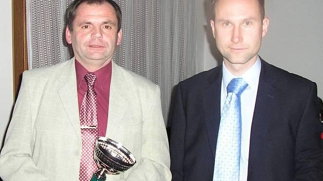 Rozhodčí Ladislav Kudrna (vlevo) a Radek Příhoda.
