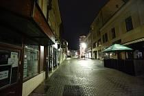 Prázdné ulice Kladna po 21. hodině večer v pátek 30. října.