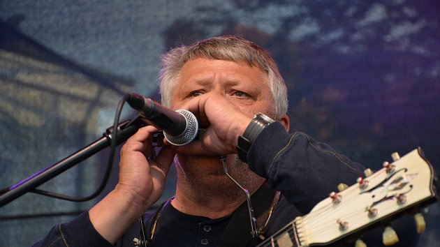 Z koncertu Karla Pazderky na Masarykově náměstí ve Slaném