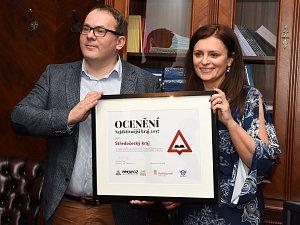 Ocenění za aktivitu v opravách silnic převzala v pondělí hejtmanka Středočeského kraje.