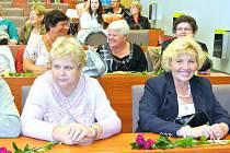 STO SEDMDESÁT seniorů, ale i mladších lidí s nějakým handicapem, se přihlásilo do dalšího ročníku studia Kladenské univerzity třetího věku. Ta v největším středočeském městě funguje už dvanáct let.