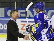 Otakar Vejvoda gratuluje soupeři k postupu... // Alpiq Kladno – HC Vítkovice 2:2, 2. utkání předkola play off Noen extraligy, 15.3.2012