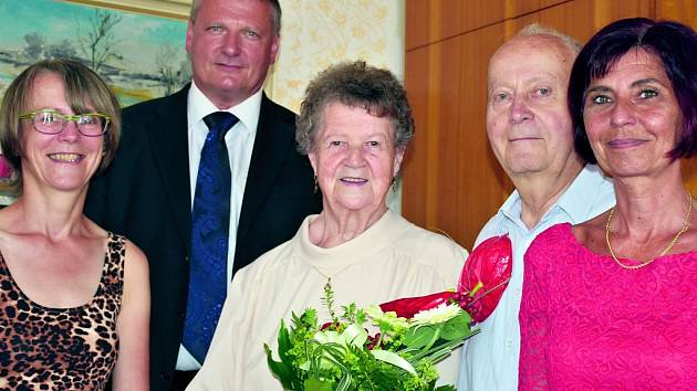 MANŽELÉ JIŘINA A ZDENĚK BEZDĚKOVŠTÍ z Kladna-Dubí oslavili společně Kamennou svatbu – 65 let společného života