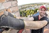 ČLENOVÉ SVAZU ČESKÝCH KOMÍNÁŘŮ vystoupali na oba vysoké komíny v areálu bývalého kročehlavského pivovaru.