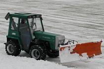 Stahování sněhu z plochy SK Kladno, pátek, 12 hodin