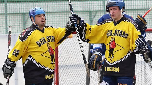 Beer Stars se radují z rozhodující trefy, vlevo Ota Poupě, vpravo autor gólu Vladimír Protiva