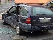 Nehoda ve Švermově. Srazil se zde ford s tatrou. Žena ve fordu byla lehce zraněna.