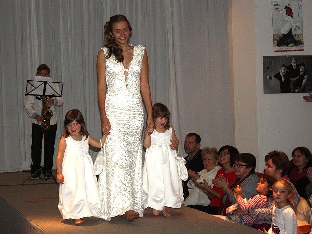 DIVÁCI si na módní přehlídce mohli prohlédnout i Svatební a Věnečkové kolekce.