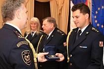Oceněný za záchranu života, velitel slánských hasičů Martin Vondra (vpravo).
