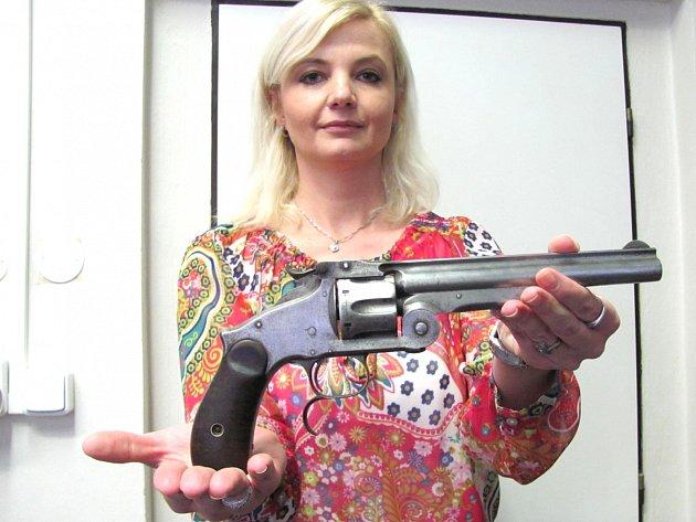 Vrchní inspektor policie z kladenského odboru služby pro zbraně a bezpečnostní materiál Iva Šperňáková drží v ruce revolver odevzdaný při nedávné zbraňové amnestii. Pochází z carského Ruska, vyroben byl v roce 1910.