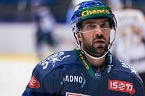 Po dlouhé koronapauze se hokejisté Kladna (v modrém) představili doma proti poslední Kadani a jasně vyhráli. Antonín Melka. Foto: Roman Mareš