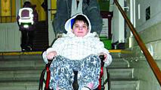 Každý den musí rodiče malého Pavlíka vyvézt do schodů.