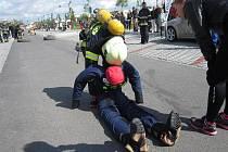 Úkolem hasičů je transport figuríny na předepsanou vzdálenost a místo