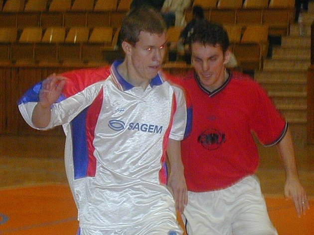 Kladenský odchovanec v dresu Eco Investmentu David Frič (vlevo) přispěl k porážce bývalého celku z Kladna hattrickem.