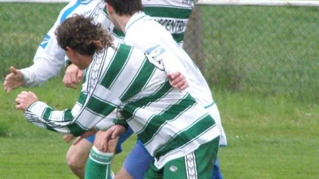 Jiří Vaněk (čelem) hraje za Brandýsek fotbal i futsal.