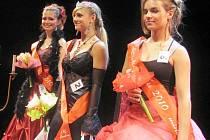 Kladenské oblastní kolo soutěže Dívka roku 2010. Zleva: bronzová Darja Annicchiarico, zlatá Kristýna Korečková a stříbrná Vendula Tlustá.