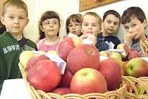 Mezi první návštěvníky výstavy v Domě zahrádkářů v Kladně patřily děti z MŠ.