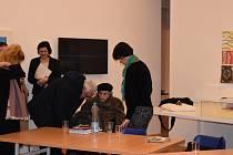 Ředitelka Lehmannová (zcela vpravo), na vozíku sedící poslední žijící lidická žena Jaroslava Skleničková. Ředitelce vyjádřila veřejnou podporu a požádala ministra, aby její rezignaci nepřijal.