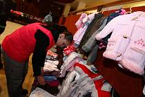 Ilustrační foto. Burza oblečení.