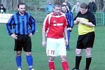 Miloslav Mostek jako rozhodčí. Teď dal dva góly za starou gardu Libušína. Ve Stehelčevsi to stačilo na remízu 4:4.