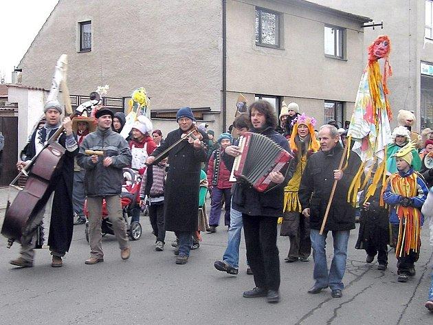 Do rytmu vyhrává účastníkům masopustního reje kapela Stryci z Buštěhrada. Těleso vytvářejí nyní už místní muzikanti jen u této příležitosti.