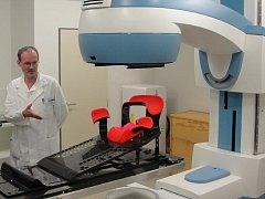 Novinka nahradí stávající kobaltový ozařovač (na snímku), který umožňuje pouze paliativní léčbu.