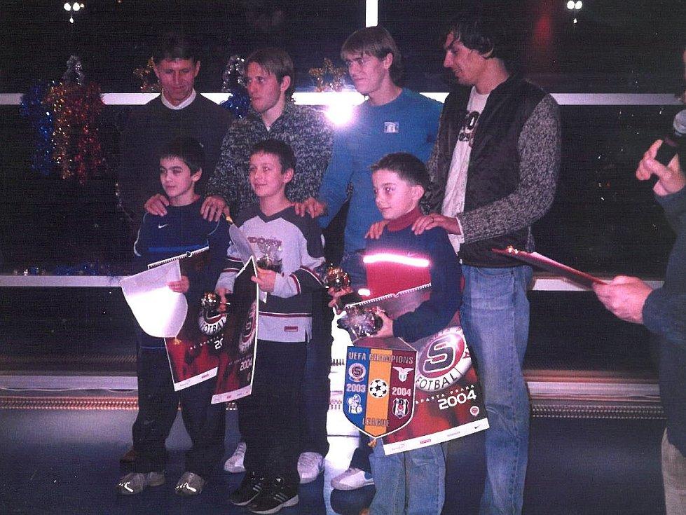 David Hovorka (vlevo dole) s dnes už reprezentačním koučem Jaroslavem Šilhavým při vyhlášení nejlepších mladých hráčů Sparty.