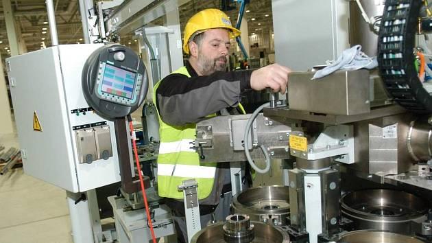 Kvalifikovaní operátoři strojů. Právě po nich je mezi zaměstnavateli v regionu nejvyšší poptávka.