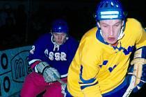 Oslavenec Lubomír Bauer (v modrém) hrával na začátku kariéry i v národním týmu. Tady sleduje v roce 1970 Švéda Svedberga.
