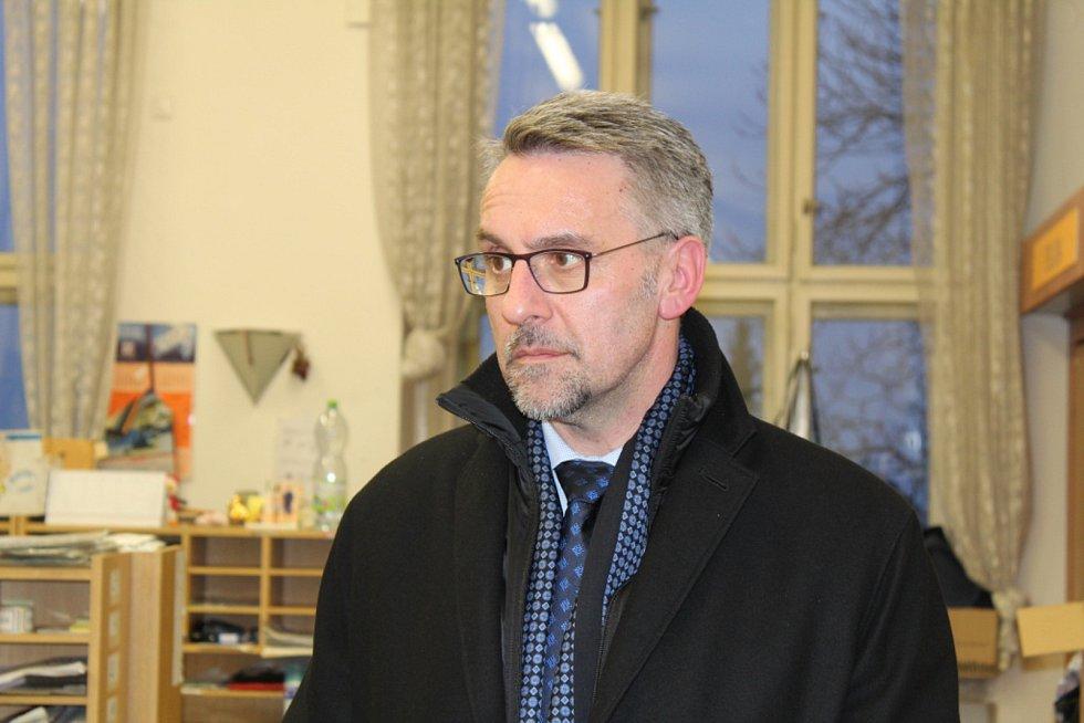 Kladenská hlavní pošta hostila ve čtvrtek nečekanou návštěvu, tou byl ministr vnitra Lubomír Metnar.