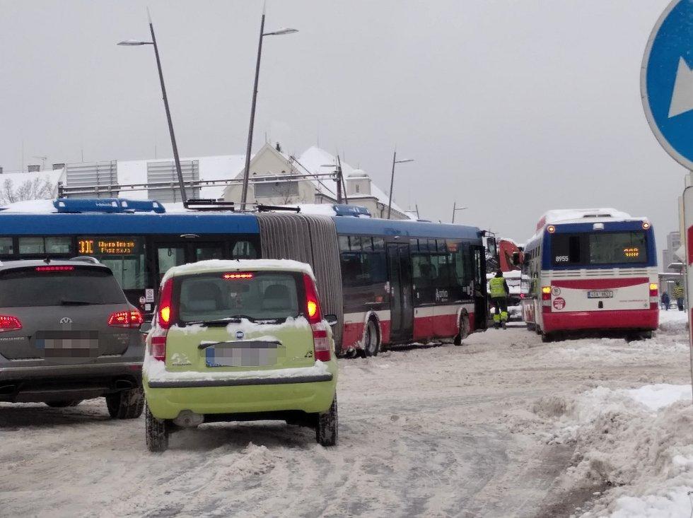 Dopravní kolaps pondělí na náměstí Svobody v Kladně.