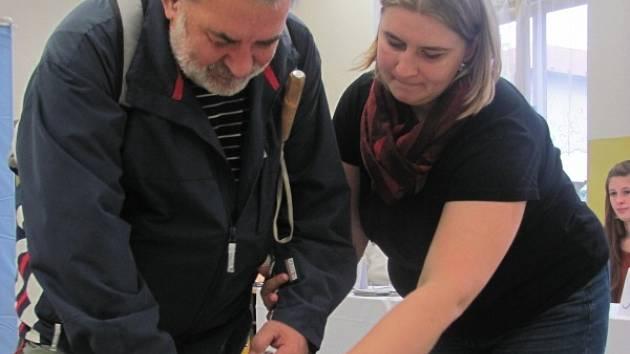 MILOŠ BURDA přišel sám. Ve volební místnosti mu u urny s orientací pomohla zapisovatelka komise Alena Pechová.