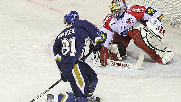Tomáš Knotek v těžké pozici střílí gól budějovickému Kovářovi, teď jsou z nich spoluhráči.