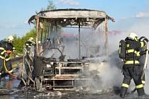 Autobus na D7 u Kladna kompletně shořel. Zbyla z něj jen kostra.