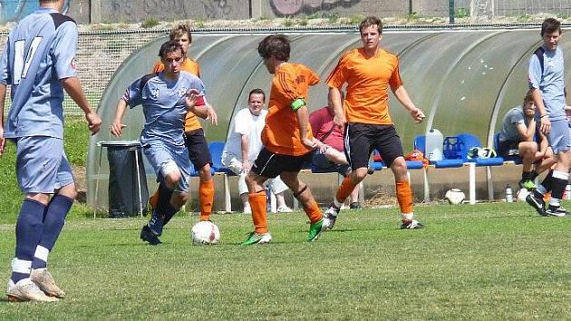 Dorost Kladna vyhrál nad Chomutovem 5:1. S míčem Holeček, vlevo Bořík, vpravo Stökl