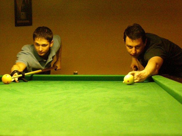 Nejúspěšnějším hráčem billiardového klubu z Kladna je Jan Čermák (na snímku vpravo), který si možná vyzkouší baráž o extraligu v disciplíně 9-ball.