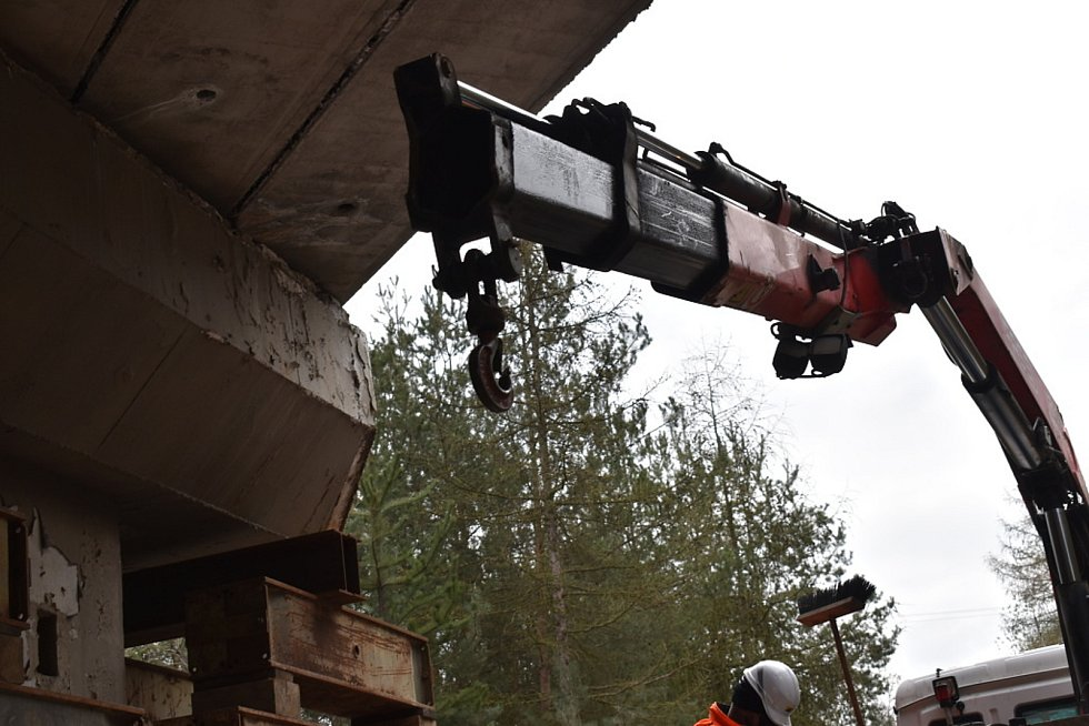 Zpevňování tělesa mostu v Netovicích pod silnicí I/7.
