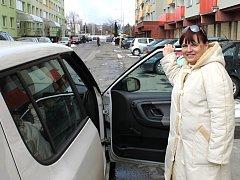 Soutěžící Yvona Tučková nasedá do auta Kladenského deníku