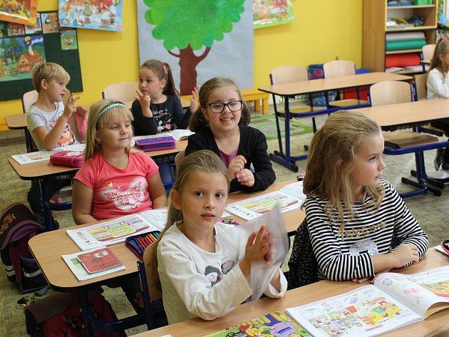 První třída pod vedením třídní učitelky Lenky Crhové a asistentky pedagoga Gabriely Tesařové.