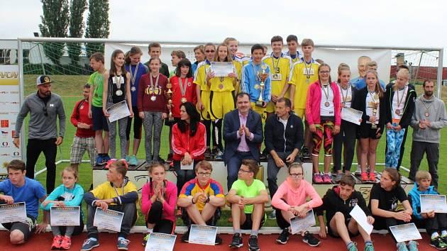 Z finále OVOV ve Slaném. Děti podpořili i olympijští deblkanoisté Radoň a Dvořák a starosta Slaného Martin Hrabánek.