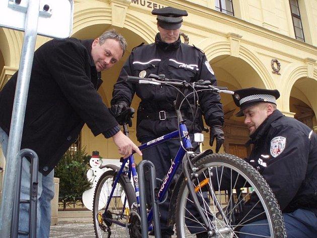 VEDOUCÍ slánského odboru dopravy Tomáš Černický společně se strážníky včera jako první vyzkoušeli funkčnost a bezpečnost nových stojanů na kola.